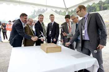 As part of the ceremony to mark the laying of the foundation stone, a symbolic oak time capsule was placed in the wall: from left to right: Mayor André Zoppi, President of the ETH Board Fritz Schiesser, President of the Cantonal Council Alex Hürzeler, PSI Director Joël Mesot, State Secretary Mauro Dell'Ambrogio, SwissFEL project leader Hans Braun and Marco Hirzel from the EquiFEL Suisse consortium, which is realising the SwissFEL building. Photo: Frank Reiser/PSI.