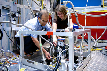 Fanni Juranyi and Jorge Gavilano,  scientists at the laboratory for neutron scattering, performing an experiment at the Swiss neutron source SINQ. (Photo: Frank Reiser/PSI)