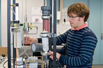 Martin Gysel calibrating an ultra-high sensitivity aerosol spectrometer with particle-size standards. This device is used to count and determine the size of cloud condensation and ice nuclei in the clouds. (Photo: Paul Scherrer Institute/Markus Fischer)