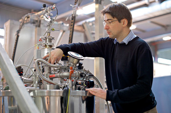 Michel Kenzelmann adjusts the gas input into a high-field magnet used for the experiments on CeCoIn5 at the Spallation Neutron Source SINQ. (Photo: Paul Scherrer Institute/Markus Fischer)