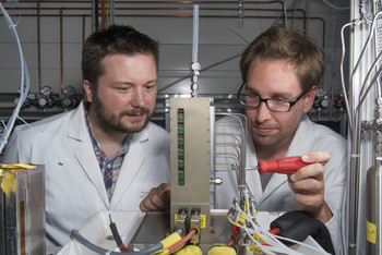 The researchers Pierre Boillat and Johannes Biesdorf in an experiment in which they switched on a fuel cell without preheating at temperatures below zero degrees Celsius. Photo: Paul Scherrer Institute/Mahir Dzambegovic.