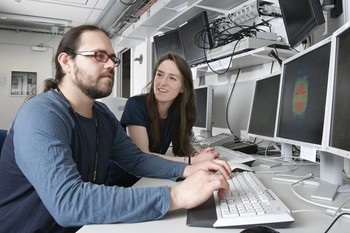 Manuel Guizar-Sicairos, beamline responsible at the SLS, and Claire Donnelly discussing the results of their measurements. (Paul Scherrer Institut/Markus Fischer)