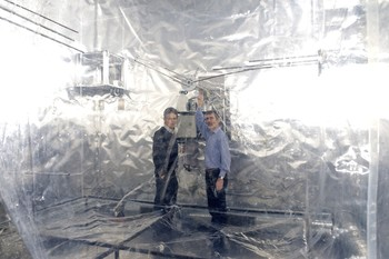 Smog chamber at PSI with the researchers involved. (Photo: Frank Reiser/Paul Scherrer Institut)