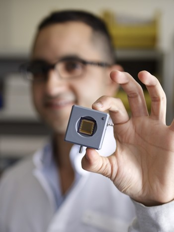 Mostafa Shalaby with the CCD sensor. Its resolution is 25 times higher than that of the sensors used to visualise terahertz light up to now. (Photo: Paul Scherrer Institute/Markus Fischer)