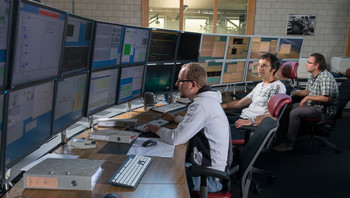 A section of the control room: the accelerator operators ensure that the PSI accelerators always provide as perfect a beam as possible. (Photo: Paul Scherrer Institute/Mahir Dzambegovic)