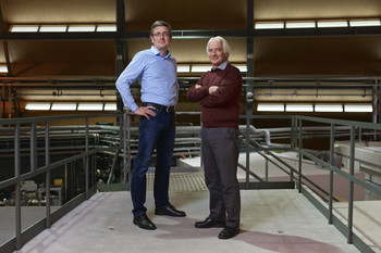 The two PSI researchers Rainer Dähn and Erich Wieland at the Swiss Light Source SLS, where they studied the material changes in concrete that develop in the course of the alkali-aggregate reaction (AAR). (Photo: Paul Scherrer Institute/Markus Fischer)