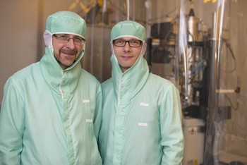 PSI researchers Helmut Schift and Robert Kirchner in a clean-room laboratory at the Paul Scherrer Institute. Here they are required to wear special protective gear so that no dust from their clothing gets onto the structures that are worked on here, some of which are only a few nanometres in size. (Photo: Paul Scherrer Institute/Mahir Dzambegovic)