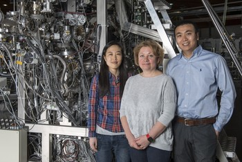 Three members of the PSI research team that studied the pssoibilities of using Weyl fermions in electronic devices. The picture was taken at the SIS beamline at the Swiss Light Source SLS. From left to right: Jihwey Park, Ekaterina Pomjakushina, Nan Xu. (Photo: Paul Scherrer Institut/Mahir Dzambegovic)
