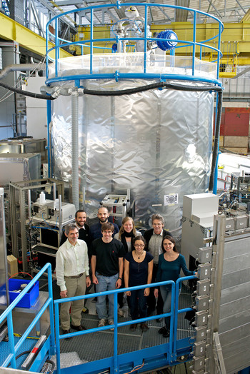 PSI researchers in front of the CLOUD chamber at CERN. Front row, left to right: Josef Dommen, Jay Slowik, Jasmin Tröstl, Carla Frege. Back row: Federico Bianchi, Ugo Molteni, Claudia Fuchs, Urs Baltensperger. (Photo: Paul Scherrer Institute/Markus Fischer)