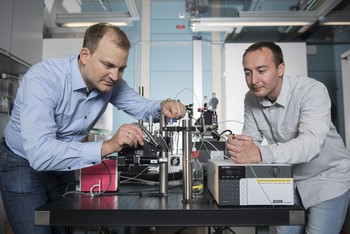 Jörg Standfuss (l.) and Przemyslaw Nogly at the injector with which the experiment was carried out. It will be used for experiments at SwissFEL. (Photo: Paul Scherrer Institute/Mahir Dzambegovic)