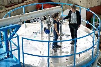 PSI researchers Jasmin Tröstl and Urs Baltensperger at the CLOUD chamber at CERN, in which they have studied the formation of aerosols in the atmosphere. (Photo: Paul Scherrer Institute/Markus Fischer)