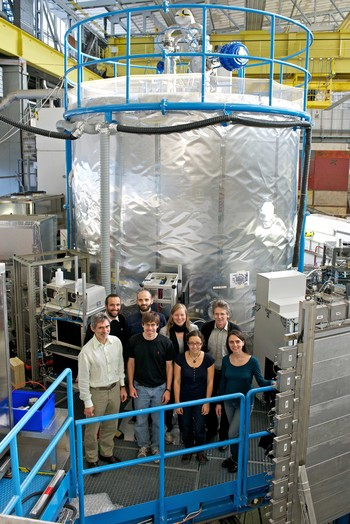 PSI researchers in front of the CLOUD chamber at CERN. (Photo: Paul Scherrer Institute/Markus Fischer)