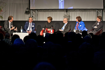 In a discussion moderated by Beatrice Tschanz (third from left): leadXpro CEO Michael Hennig; Aargau Government Councillor Urs Hofmann; ETH Board President Fritz Schiesser; Alpiq CEO Jasmin Staiblin; and Peter Allenspach, member of PSI's board of directors (l-r). (Photo: Paul Scherrer Institute/Markus Fischer)