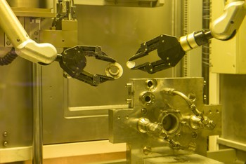 All procedures in a hot cell, which take place behind thick lead glass, are manually controlled from the outside using manipulators. Working with radioactive materials, this is a necessity. Here the right-hand gripper removes the target — which after the irradiation contains the desired radionuclides — from the target holder, to open it in a later step. The mechanism to the lower right immobilises the capsule during irradiation. It was developed at the PSI. (Photo: Paul Scherrer Institute/Mahir Dzambegovic)