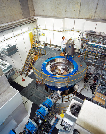 The COMET accelerator at the PSI was procured for the Center for Proton Therapy and provides a continuous proton beam year-round. Cancer patients are treated with this beam. (Photo: Archive of the Paul Scherrer Institute)