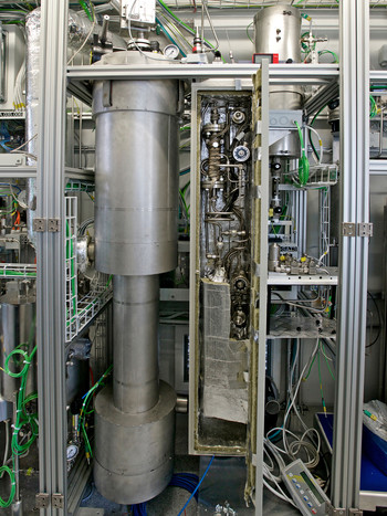 The heart of the technology is the so-called fluidised bed reactor. In it CO2 and hydrogen are combined to form methane and water. (Photo: Paul Scherrer Institute/Markus Fischer)