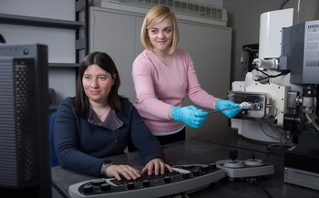 PSI researchers Claire Villevieille (left), head of the Battery Materials Group, and Joanna Conder, first author of the new study. (Photo: Paul Scherrer Institute/Mahir Dzambegovic)