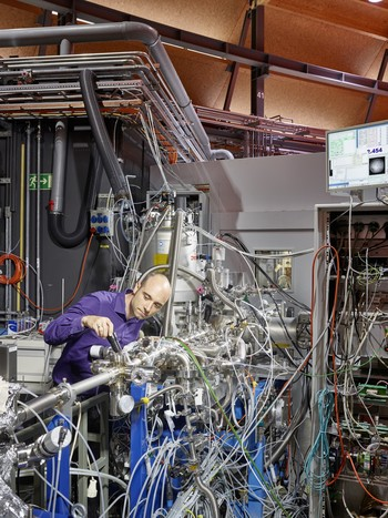 PSI researcher Patrick Hemberger at the VUV beamline of the Swiss Light Source SLS. Here he and colleagues investigated the details of the breakdown of lignin into other substances. The results could contribute to enabling the future use of lignin as a precursor for production of fuels and chemicals. (Photo: Scanderbeg Sauer Photography)