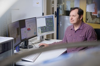 Vladimir Strocov in front of the results of his experiments. (Photo: Paul Scherrer Institute/Markus Fischer)