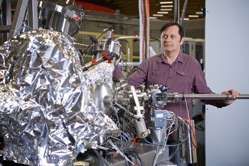Vladimir Strocov at the ADRESS-Beamline of the Swiss Light Source SLS, where the experiments took place. This is one of the world's best sources for soft X-ray radiation. (Photo: Paul Scherrer Institute/Markus Fischer)