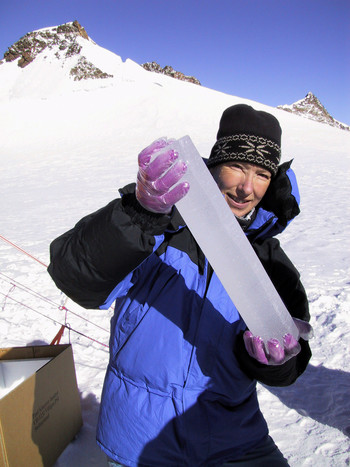 Chemist Margit Schwikowski with an ice core on Colle Gnifetti. (Photo: Paul Scherrer Institute/Beat Gerber)