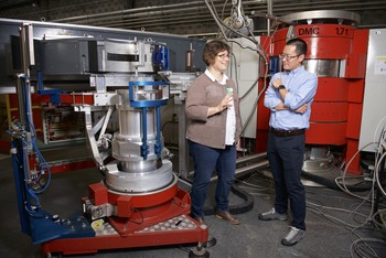 Marisa Medarde and Tian Shang at the neutron diffractometer DMC. With this device Shang found out where the atoms are located in the crystal lattice and how far apart they are from each other. (Photo: Paul Scherrer Institute/Markus Fischer)
