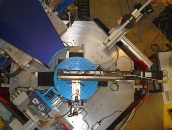 30kN uniaxial test rig mounted on the sample table of POLDI