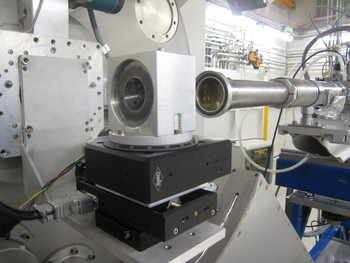 Figure 1: Boehler-type DAC experimental set up implemented at the SLS-MS Powder Diffraction Station